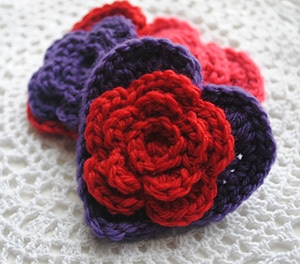 Layered Daisy in a Heart by @Cre8tionCrochet | via I Heart Be Mine Appliqués - A LOVE Round Up by @beckastreasures | #crochet #pattern #hearts #kisses #valentines #love