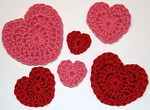Valentine's Day Heart Crochet Patterns by @petalstopicots | via I Heart Be Mine Appliqués - A LOVE Round Up by @beckastreasures | #crochet #pattern #hearts #kisses #valentines #love