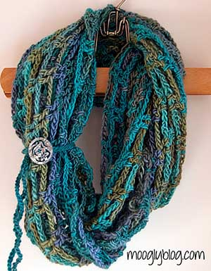 Artfully Simple Infinity Scarf | Featured at Tuesday Treasures #25 via @beckastreasures with @MooglyBlog | #crochet