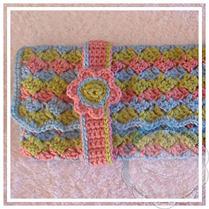 Three Color Multi Use Purse - Free Crochet Pattern by @CCWJoanita | Featured at Creative Crochet Workshop - Sponsor Spotlight Round Up via @beckastreasures | #fallintochristmas2016 #crochetcontest #spotlight #crochet #roundup