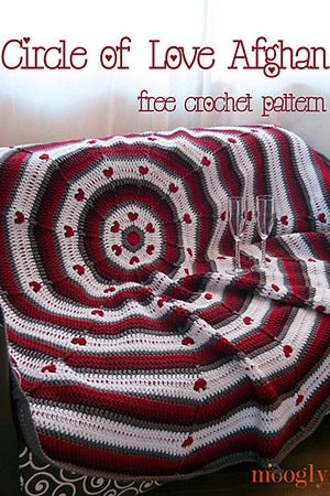 Circle of Love Afghan by @mooglyblog | via I Heart Blankets, Pillows & Rugs - A LOVE Round Up by @beckastreasures | #crochet #pattern #hearts #kisses #valentines #love