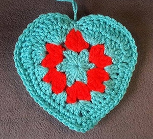Crochet Granny Style Heart by @bobwilson123 | via I Heart Be Mine Appliqués - A LOVE Round Up by @beckastreasures | #crochet #pattern #hearts #kisses #valentines #love
