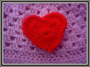 Crochet Heart Tutorial by @bobwilson123 | via I Heart Be Mine Appliqués - A LOVE Round Up by @beckastreasures | #crochet #pattern #hearts #kisses #valentines #love