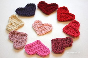 Easy Heart by @RepeatCrafterMe | via I Heart Be Mine Appliqués - A LOVE Round Up by @beckastreasures | #crochet #pattern #hearts #kisses #valentines #love