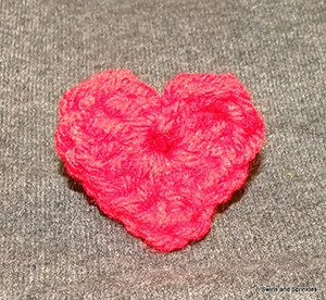 Crochet Heart Applique by @swirlssprinkles | via I Heart Be Mine Appliqués - A LOVE Round Up by @beckastreasures | #crochet #pattern #hearts #kisses #valentines #love