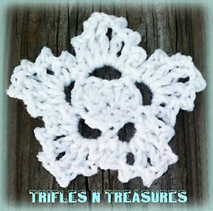Snowy Heart Applique by @TriflsNTreasurs | via I Heart Be Mine Appliqués - A LOVE Round Up by @beckastreasures | #crochet #pattern #hearts #kisses #valentines #love