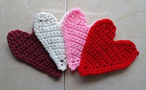 Crochet Heart Motif Applique by @MeladoraCrochet | via I Heart Be Mine Appliqués - A LOVE Round Up by @beckastreasures | #crochet #pattern #hearts #kisses #valentines #love