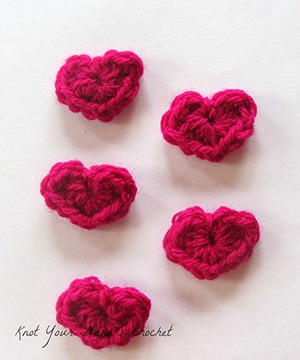 Mini Heart Applique by @KYNC2010 | via I Heart Be Mine Appliqués - A LOVE Round Up by @beckastreasures | #crochet #pattern #hearts #kisses #valentines #love