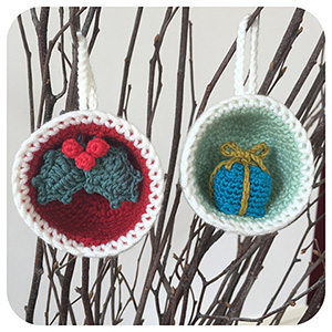 Christmas Bauble Ornament, Gift & Holly | Featured at Tuesday Treasures #17 via @beckastreasures with #LauraLovesCrochet | #crochet