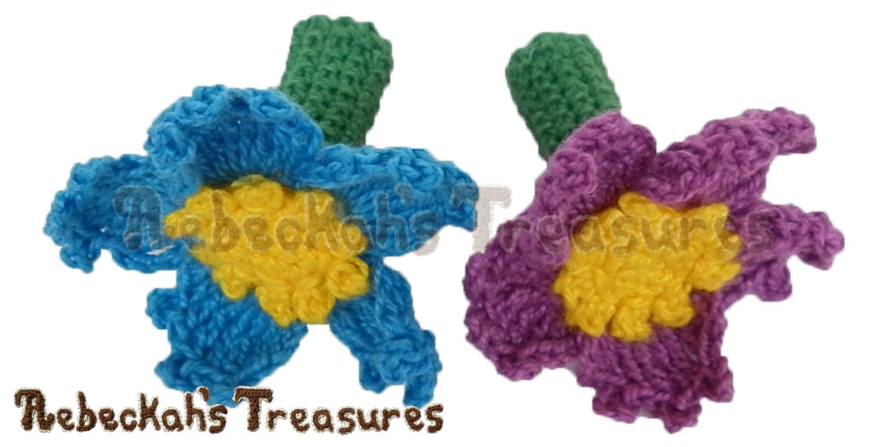 Forget-Me-Knot Flower Pencil Topper / Finger Puppet | FREE crochet pattern via @beckastreasures | Looking for quick and easy last minute gifts to crochet? Try this stunning Forget-Me-Knot Flower Pencil Topper pattern. It's fun for all ages and perfect for last-minute gifts or bulk gifting events! #flower #crochet #penciltopper #fingerpuppet