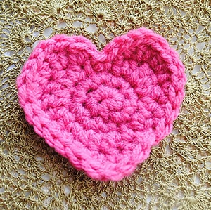 Simple But Unique Heart by @Cre8tionCrochet | via I Heart Be Mine Appliqués - A LOVE Round Up by @beckastreasures | #crochet #pattern #hearts #kisses #valentines #love