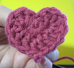 Simple Sweetheart by @Mamas2hands | via I Heart Be Mine Appliqués - A LOVE Round Up by @beckastreasures | #crochet #pattern #hearts #kisses #valentines #love