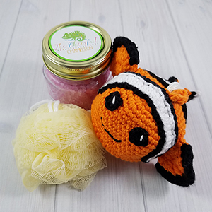 Charlie the Clownfish Scrubby - Crochet Pattern by @CheeryChameleon | Featured at The Cheerful Chameleon - Sponsor Spotlight Round Up via @beckastreasures | #fallintochristmas2016 #crochetcontest #spotlight #crochet #roundup