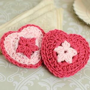 Heart Sachet Pattern by @petalstopicots | via Be Mine Décor - A LOVE Round Up by @beckastreasures | #crochet #pattern #hearts #kisses #valentines #love