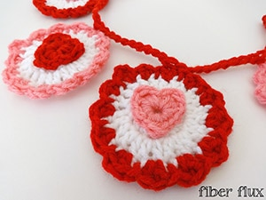 Ruffle Heart Garland by @fiberflux | via Be Mine Décor - A LOVE Round Up by @beckastreasures | #crochet #pattern #hearts #kisses #valentines #love
