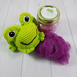 Freya the Frog Scrubby - Crochet Pattern by @CheeryChameleon | Featured at The Cheerful Chameleon - Sponsor Spotlight Round Up via @beckastreasures | #fallintochristmas2016 #crochetcontest #spotlight #crochet #roundup