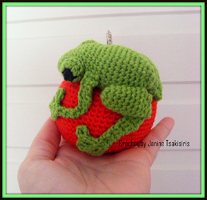 Christmas Critter Green Tree Frog - Free Crochet Pattern by #NeensCrochetCorner | Featured at Neen's Crochet Corner - Sponsor Spotlight Round Up via @beckastreasures | #fallintochristmas2016 #crochetcontest #spotlight #crochet #roundup