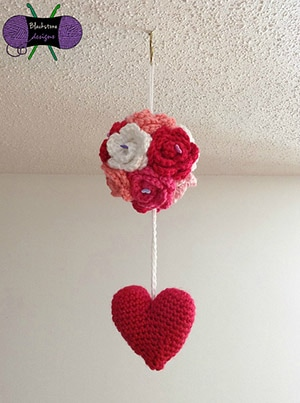 Kissing Ball by @SoBlaDesigns | via Be Mine Décor - A LOVE Round Up by @beckastreasures | #crochet #pattern #hearts #kisses #valentines #love