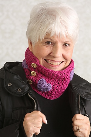 Hearts and Kisses Cowl by @ucrafter via @ILikeCrochet | via I Heart Clothes - A LOVE Round Up by @beckastreasures | #crochet #pattern #hearts #kisses #valentines #love