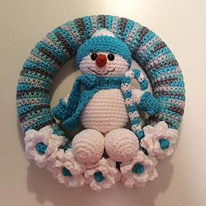Snowman Winter Wreath | Friday Feature #13 via @beckastreasures with @LisaKingsley4 #crochet | See the latest designer features here: https://goo.gl/UIvoYx OR SIGN UP to get featured at Rebeckah's Treasures here: https://goo.gl/xjDP52 #crochet