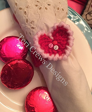 Heart Napkin Ring by #TeriCrewsDesigns | via Be Mine Décor - A LOVE Round Up by @beckastreasures | #crochet #pattern #hearts #kisses #valentines #love