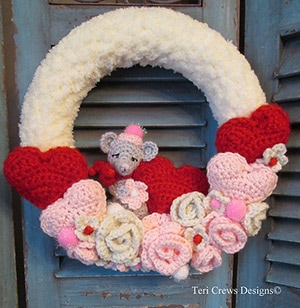 Valentine Wreath by #TeriCrewsDesigns | via Be Mine Décor - A LOVE Round Up by @beckastreasures | #crochet #pattern #hearts #kisses #valentines #love