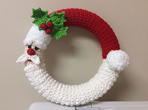 Santa Wreath | Friday Feature #13 via @beckastreasures with @LisaKingsley4 #crochet | See the latest designer features here: https://goo.gl/UIvoYx OR SIGN UP to get featured at Rebeckah's Treasures here: https://goo.gl/xjDP52 #crochet
