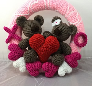 Valentine Bears Wreath by @LisaKingsley4 | via Be Mine Décor - A LOVE Round Up by @beckastreasures | #crochet #pattern #hearts #kisses #valentines #love