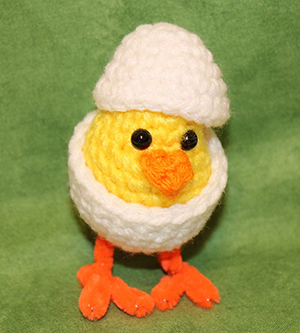 Sweet Chick in Egg - Free Crochet Pattern by #MadebyMary | Featured at Made by Mary - Sponsor Spotlight Round Up via @beckastreasures | #fallintochristmas2016 #crochetcontest #spotlight #crochet #roundup