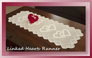 Linked Hearts Runner by @crochetmemories | via Be Mine Décor - A LOVE Round Up by @beckastreasures | #crochet #pattern #hearts #kisses #valentines #love