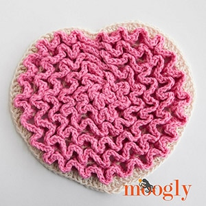 Love Wiggles Trivet by @mooglyblog | via Be Mine Décor - A LOVE Round Up by @beckastreasures | #crochet #pattern #hearts #kisses #valentines #love