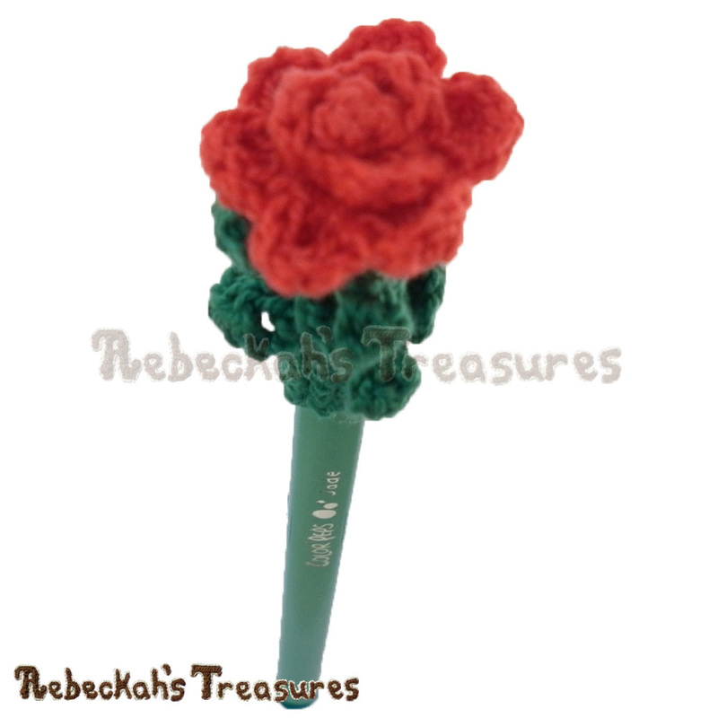 Rose Pencil Topper / Finger Puppet | FREE crochet pattern via @beckastreasures | Looking for quick and easy last minute gifts to crochet? Try this glorious Rose Pencil Topper pattern. It's fun for all ages and perfect for last-minute gifts or bulk gifting events! #rose #crochet #penciltopper #fingerpuppet